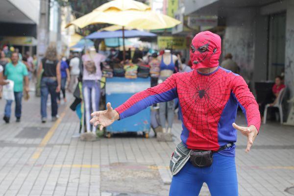 http://www.opovo.com.br/app/galeria/2015/12/11/interna_galeria_fotos,2324/veja-imagens-do-homem-aranha-de-fortaleza.shtml