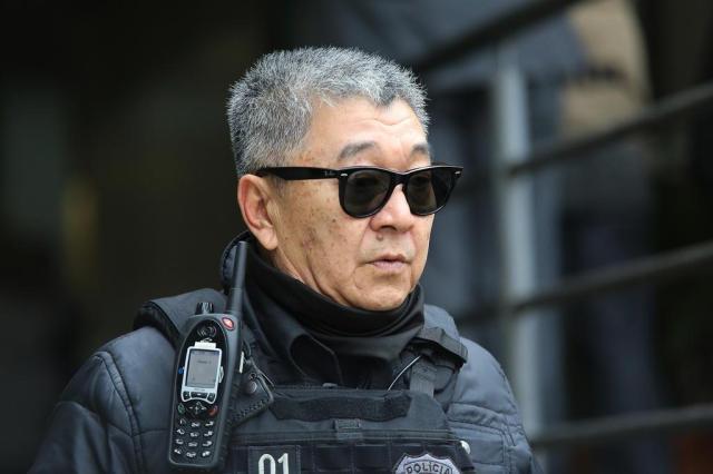 Japonês da federal de óculos caminhando