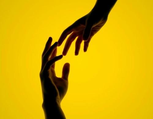 Duas mãos se encontrando para fazer alusão de ajuda ao próximo