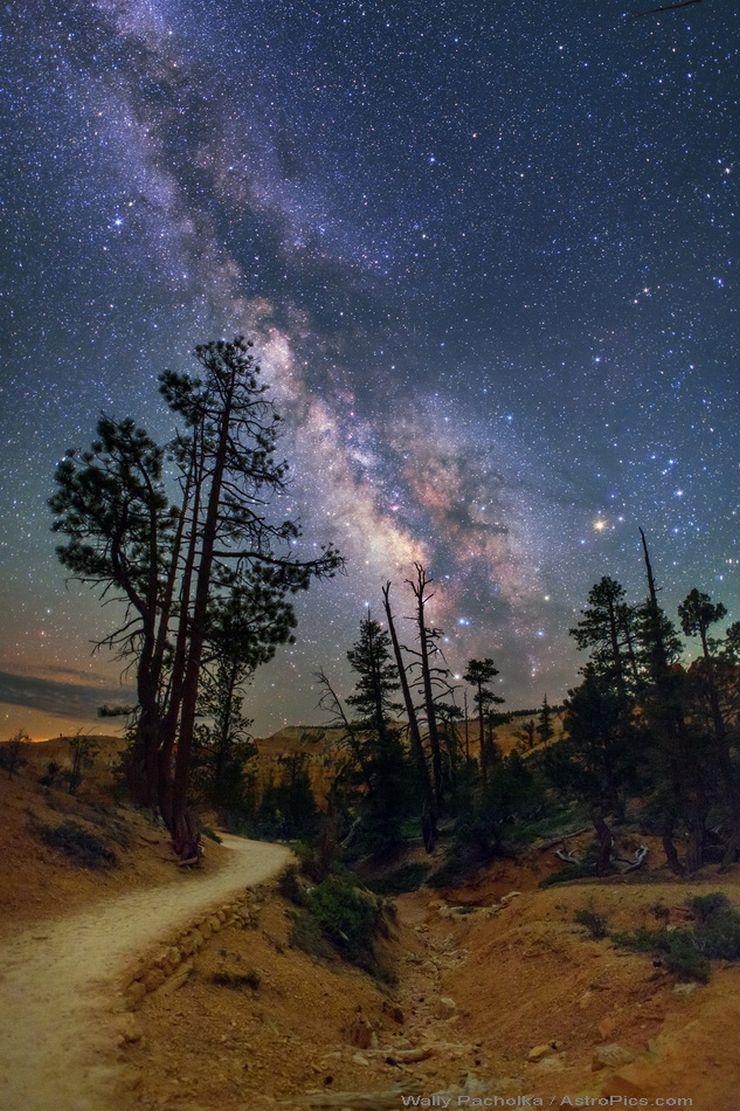 Na imagem, a Via Láctea retratada sobre o