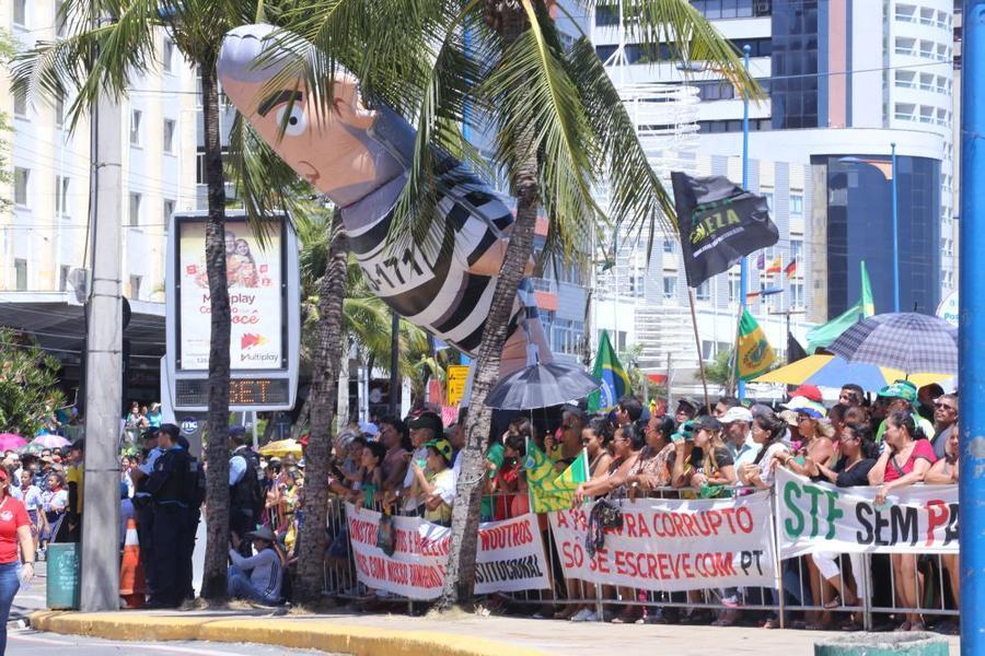 Na foto, o boneco %u201Cpixuleco%u201D do ex-presidente Lula e faixas contra o Partido dos Trabalhadores (PT)