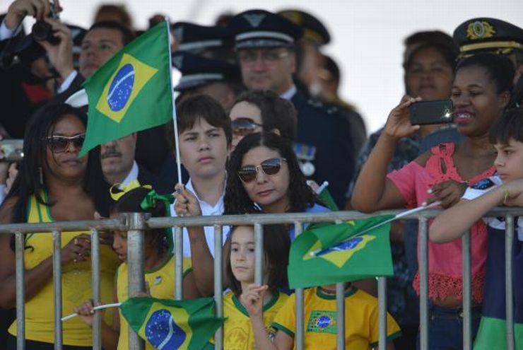 Pessoas assistem desfile em Brasília