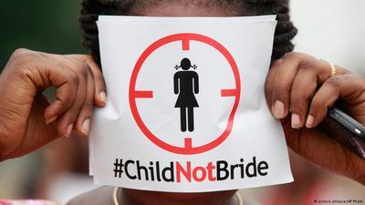 uma criança segura um cartaz dizendo: Não ao casamento de crianças