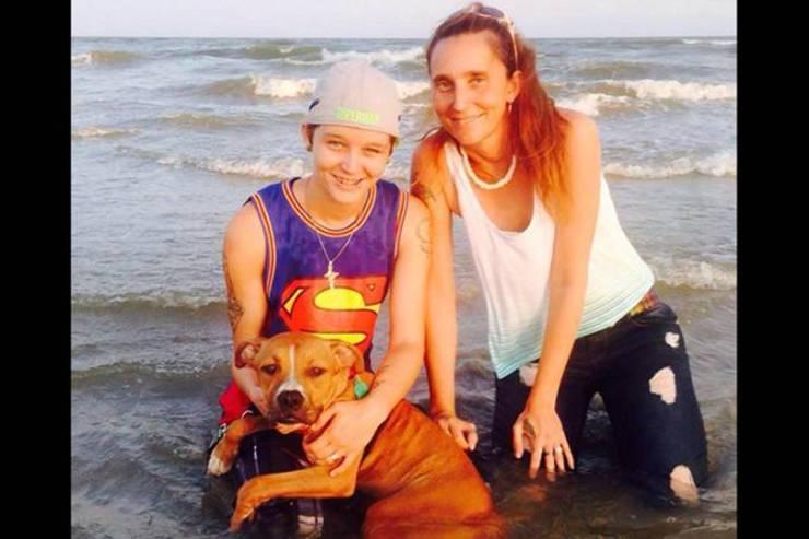 Mãe e filha juntas na praia. (Foto: reprodução)