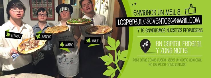 Os quatros jovens segurando pizza e divulgando o seu negócio