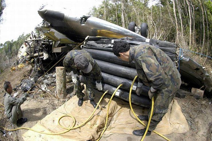 Destroços do avião que caiu na selva amazônica em 2006