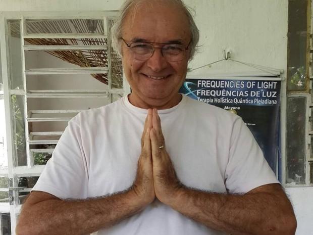Foto de Eduardo Chianca, um homem de 66 anos, calvo, com óculos d grau, vestindo camisa branca e mãos em posição de prece.