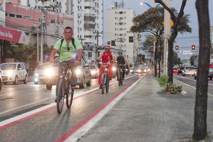 Ciclistas circulando pela ciclofaixa na avenida Domingos Olímpio
