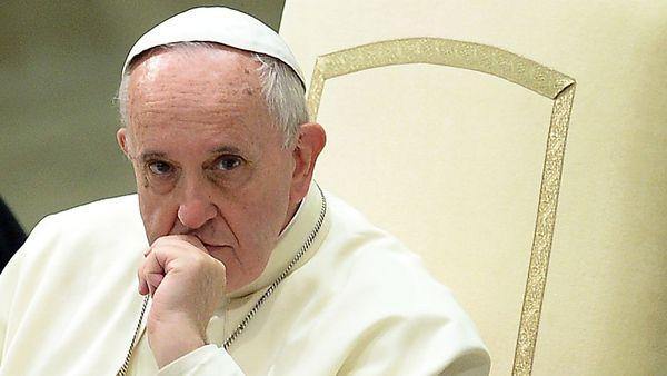Papa Francisco apreensivo sentado em um cadeira