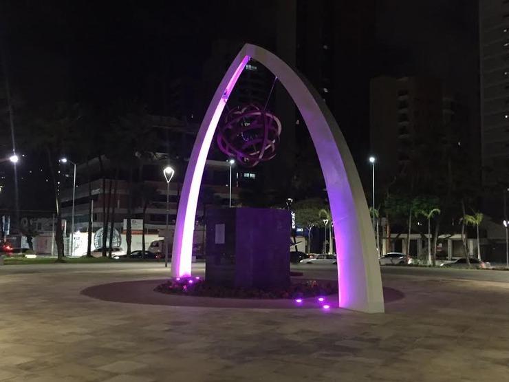 Praça Portugal com iluminação rosa