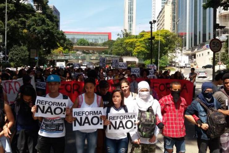 manifestantes em protesto contra reforma no Ensino Médio