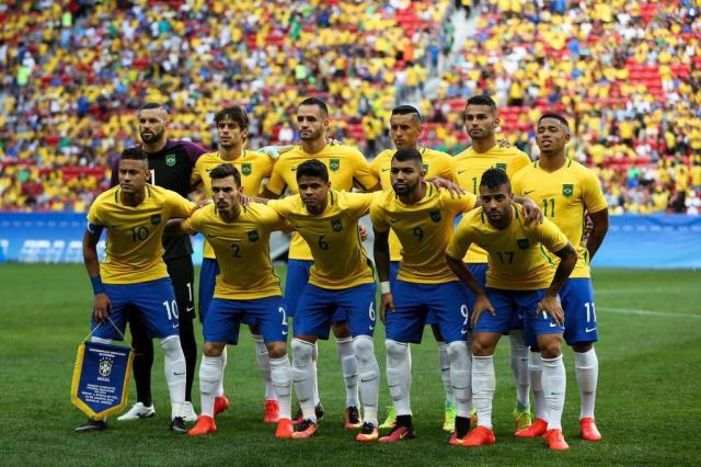 Foto da seleção brasileira no início de uma partida de Futebol