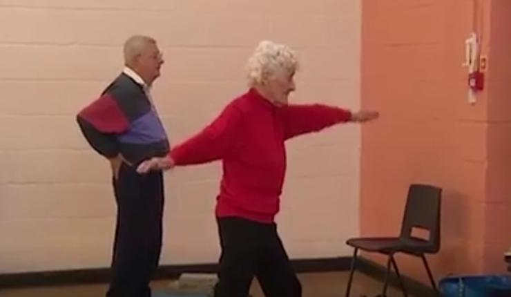 Eileen praticando ioga