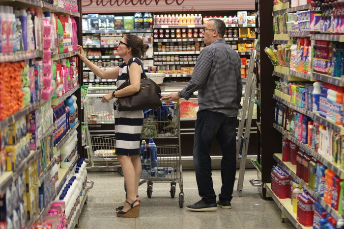 Casal fazendo compras em um supermercado