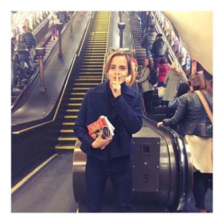 Emma Watson segura os livros