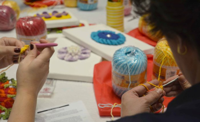 Mulheres fazendo crochê