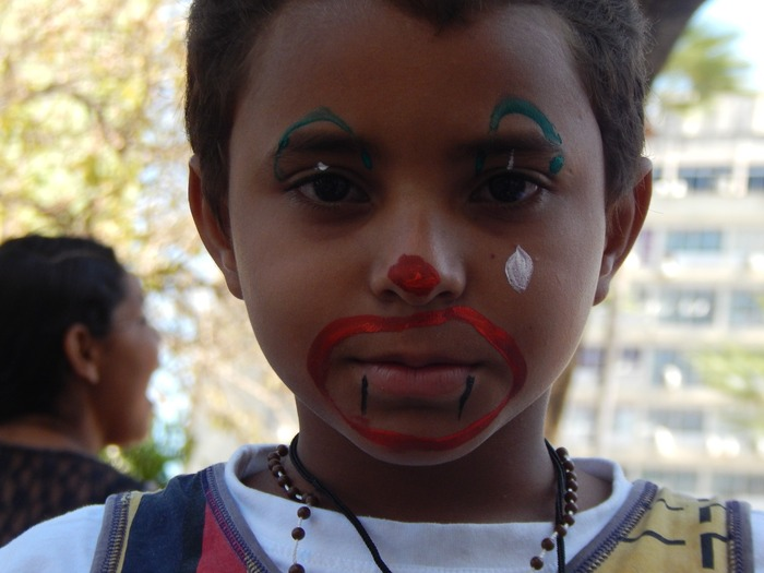 Menino com o rosto pintado