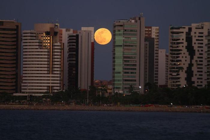 Lua cheia entre os prédios