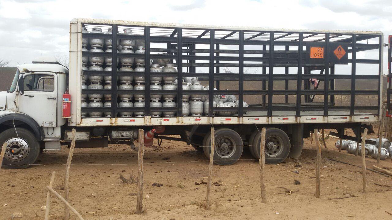 Um caminhão parado com botijões de gás dentro