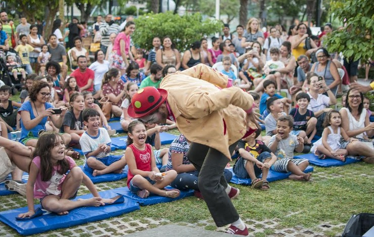 Palhaço fazendo apresentação para plateia infantil