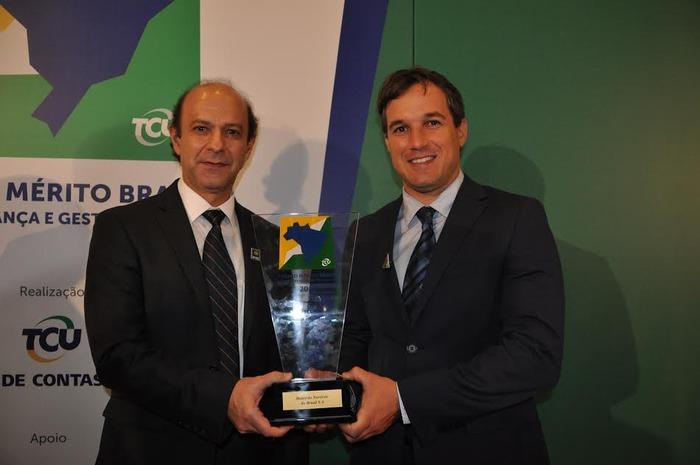 Marcos Holanda recebendo o prêmio em nome da instituição