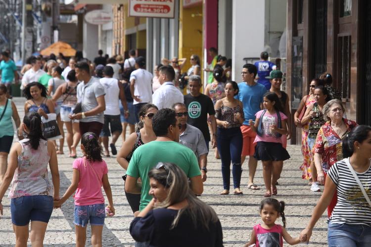 Pessoas caminhando por uma no Centro de Fortaleza