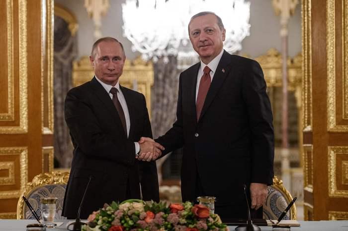 Putin e Erdogan se cumprimentando