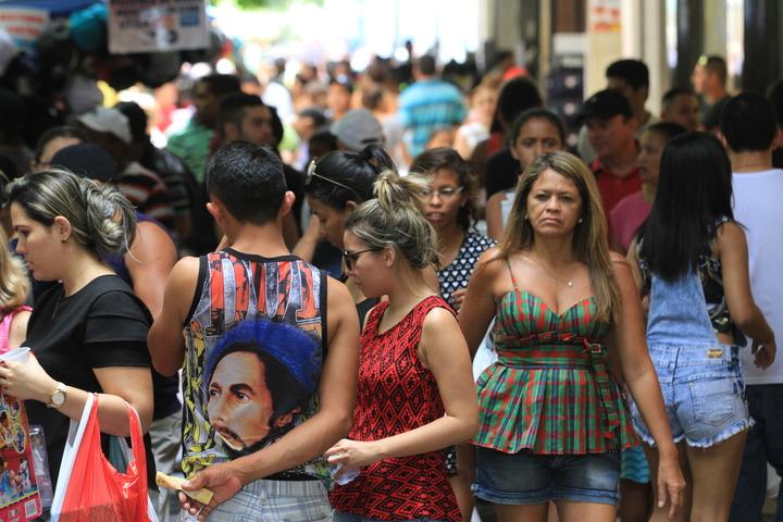 Movimento de pessoas no Centro de Fortaleza nesta manhã indo às compras de Natal. Homens e mulheres.