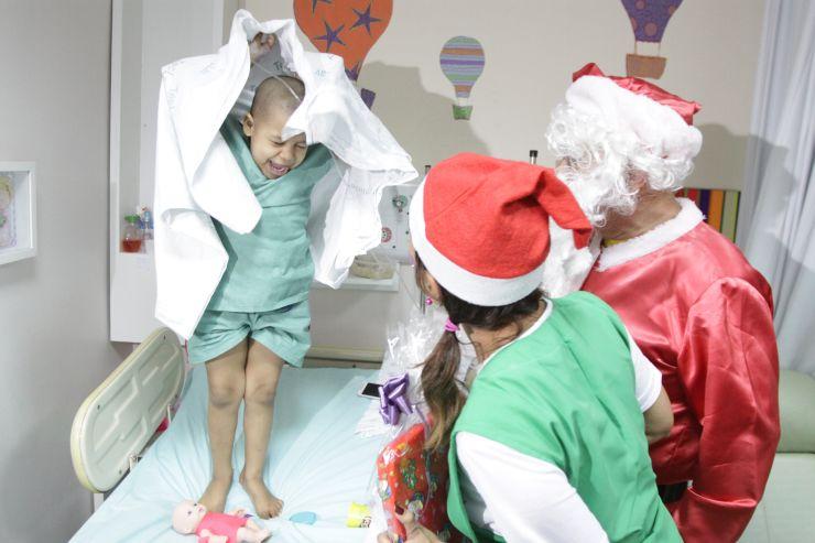 Criança recebe presente do Papai Noel