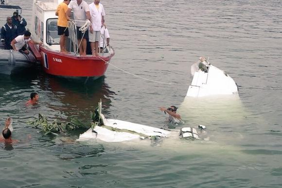 Marinha tentando recuperar destroços de avião no mar
