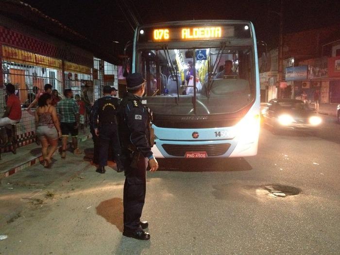 Policiais parando um coletivo