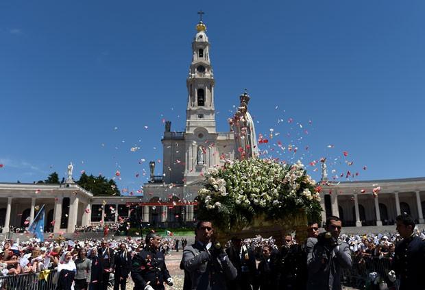 Imagem de Nossa Senhora de Fátima é carregada entre peregrinos em Portugal