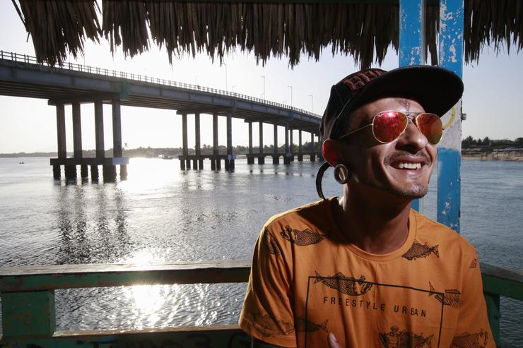 Cantor Shalon Israel concede entrevista no píer do Rio Ceará, na Barra do Ceará