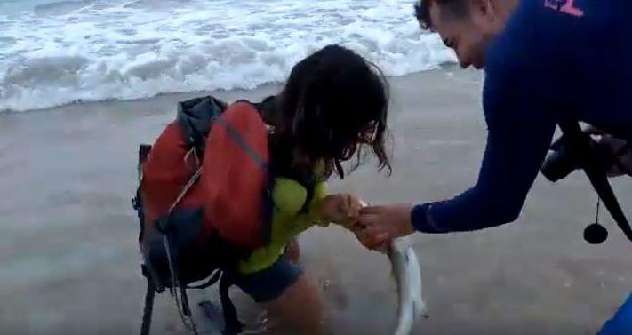 Casal de turistas segura animal que tenta escapar e acaba mordendo a mulher