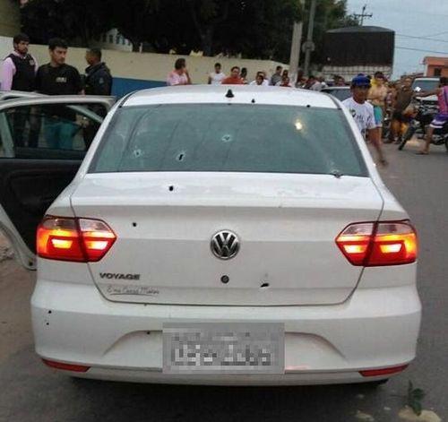 Visão traseira do carro que teria sido usado pelos criminosos na ação. Cinco marcas de tiro constam no vidro do veículo