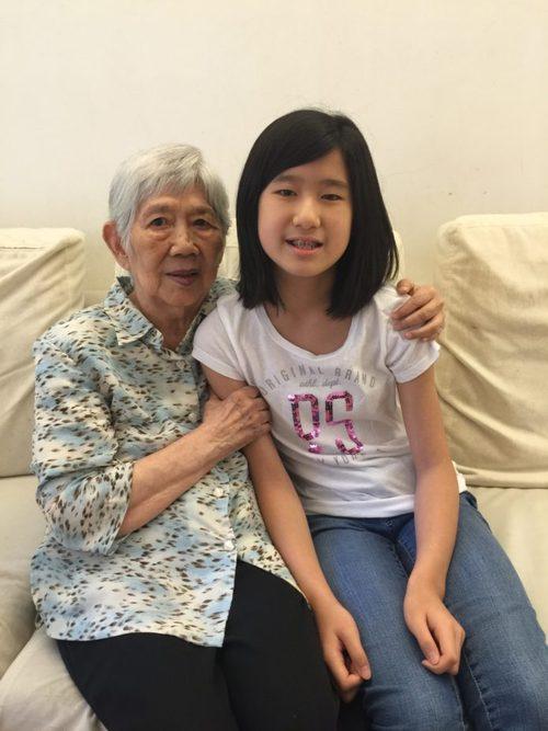 Mãe e avó juntas sentadas num sofá.