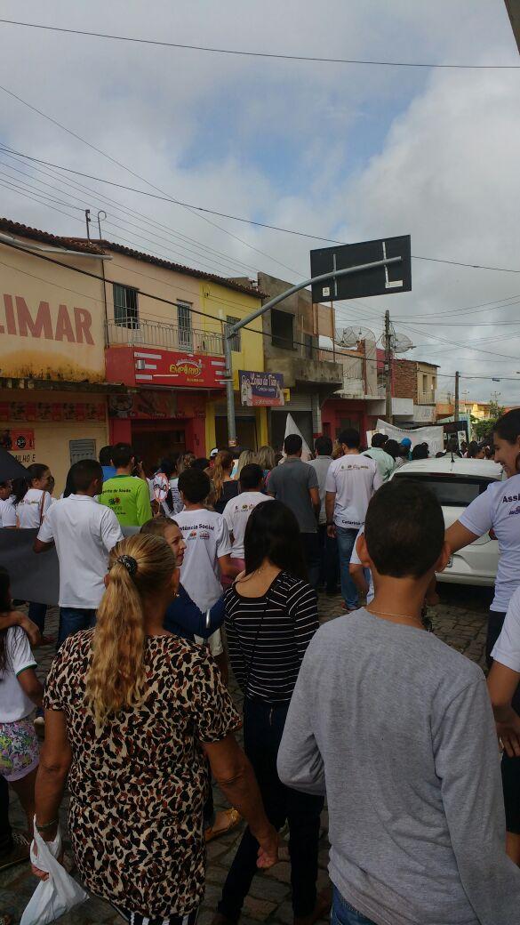 Pessoas em passeata contra o Aedes na cidade de Catarina