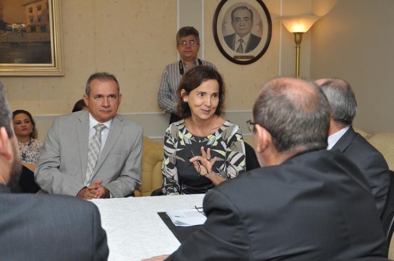 Vice-governadora Izolda Cela em reunião com representantes do setor privado, do Governo do Estado e do Tribunal de Justiça do Ceará