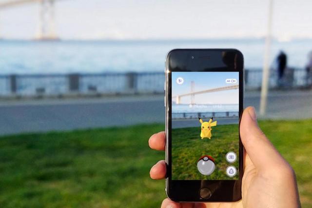 Usuário jogando Pokémon GO no celular
