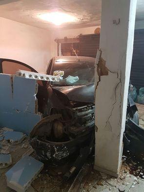 Imagem do carro após invadir residência