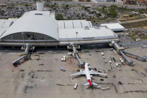 A foto mostra vista aérea do Aeroporto Internacional Pinto Martins