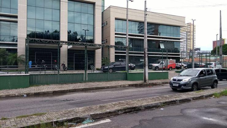 Portões da Divisão de Homicídios e Proteção à Pessoa (DHPP) trancados