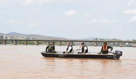 barco com 4 pesquisadores navegando