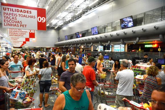 Consumidores fazendo compras
