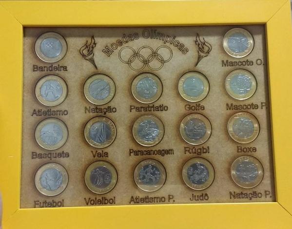 Quadro amarelo com a coleção de moedas da Olimpíada Rio 2016 dentro