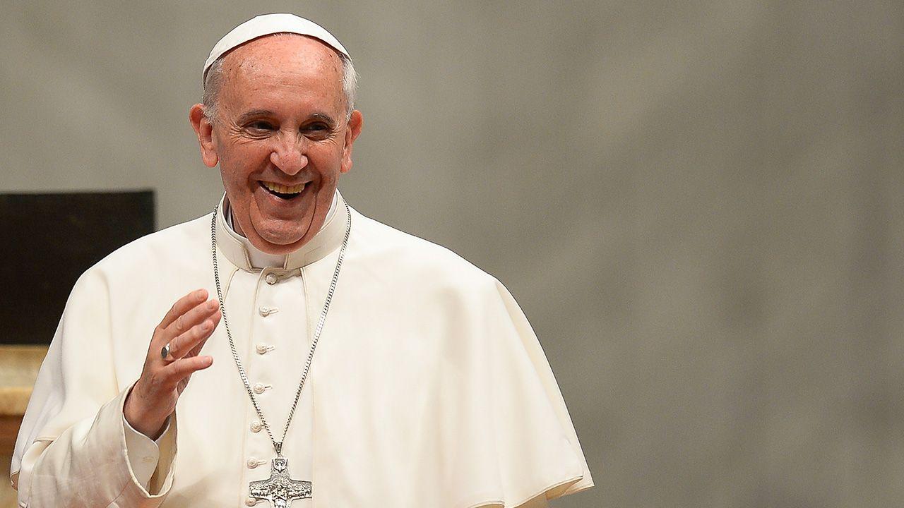 Na imagem, papa Francisco acena para os fieis