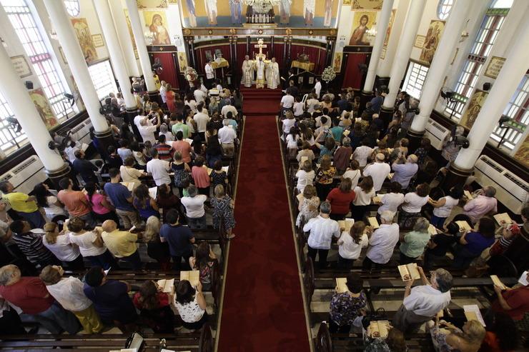 Igreja lotada em celebração de missa