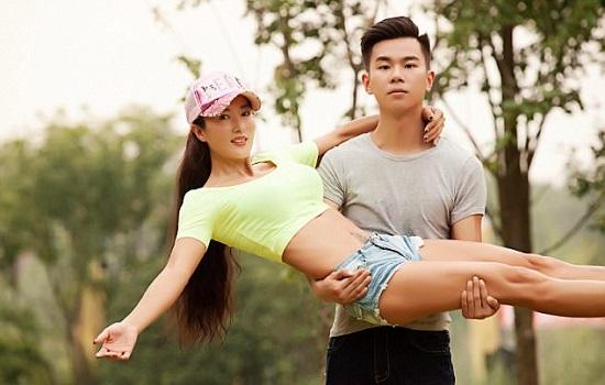 Na imagem, Liu está nos braços do filho