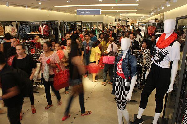 Foto mostra loja consumidores numa loja de roupas