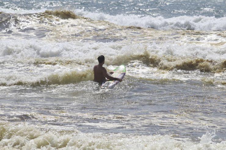 Surfista entrando no mar